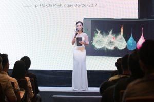Hoàng Oanh tự tin, duyên dáng trên sân khấu. Cô hiện là người dẫn chương trình Vietnam Idol Kids 2017